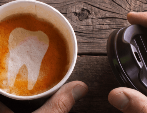 5 cosas que te ayudarán a eliminar las manchas de tus dientes