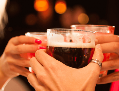 ¿Sabías que el alcohol puede manchar tus dientes?
